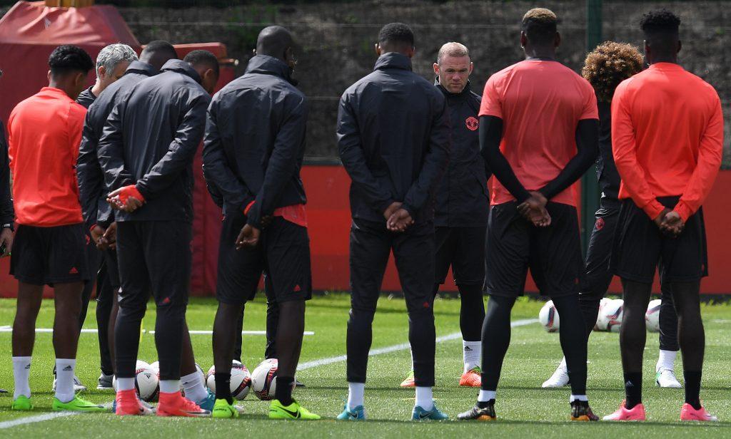 El Manchester United, permanece en silencio, durante el entrenamiento, para honrar a las víctimas del atentado en el Manchester Arena.
