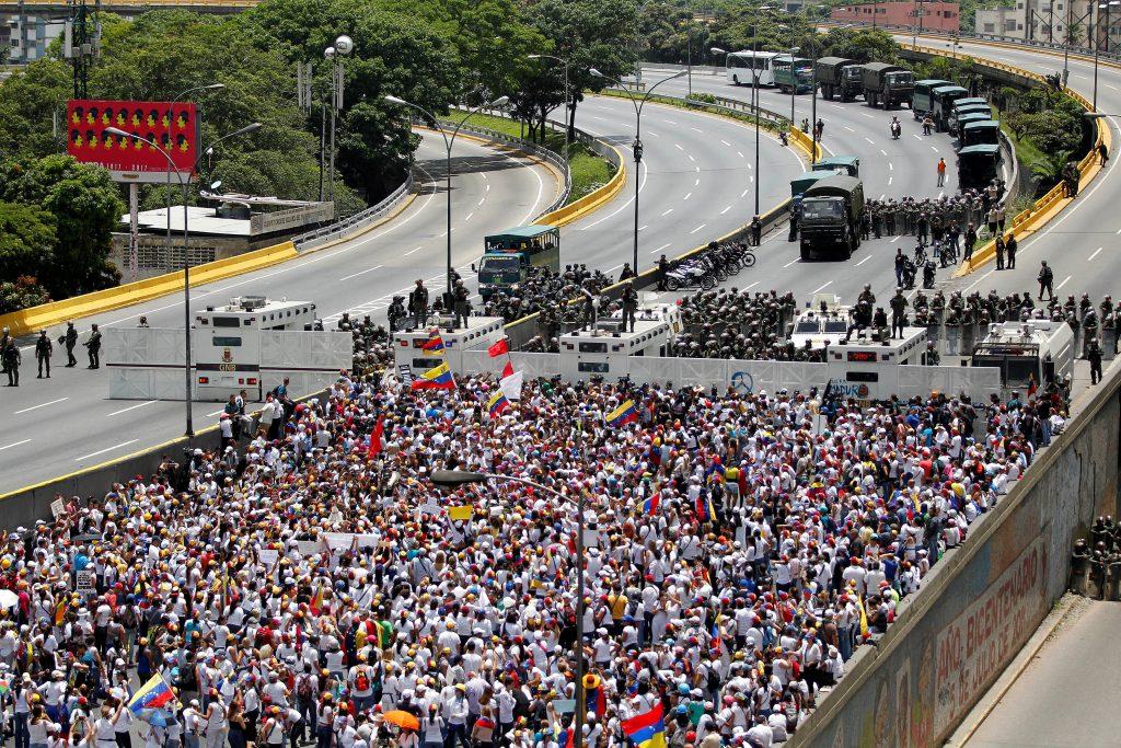Las mujeres pedían el fin de la represión a las manifestaciones opositoras que comenzaron el 4 de abril pasado. FOTO REUTERS