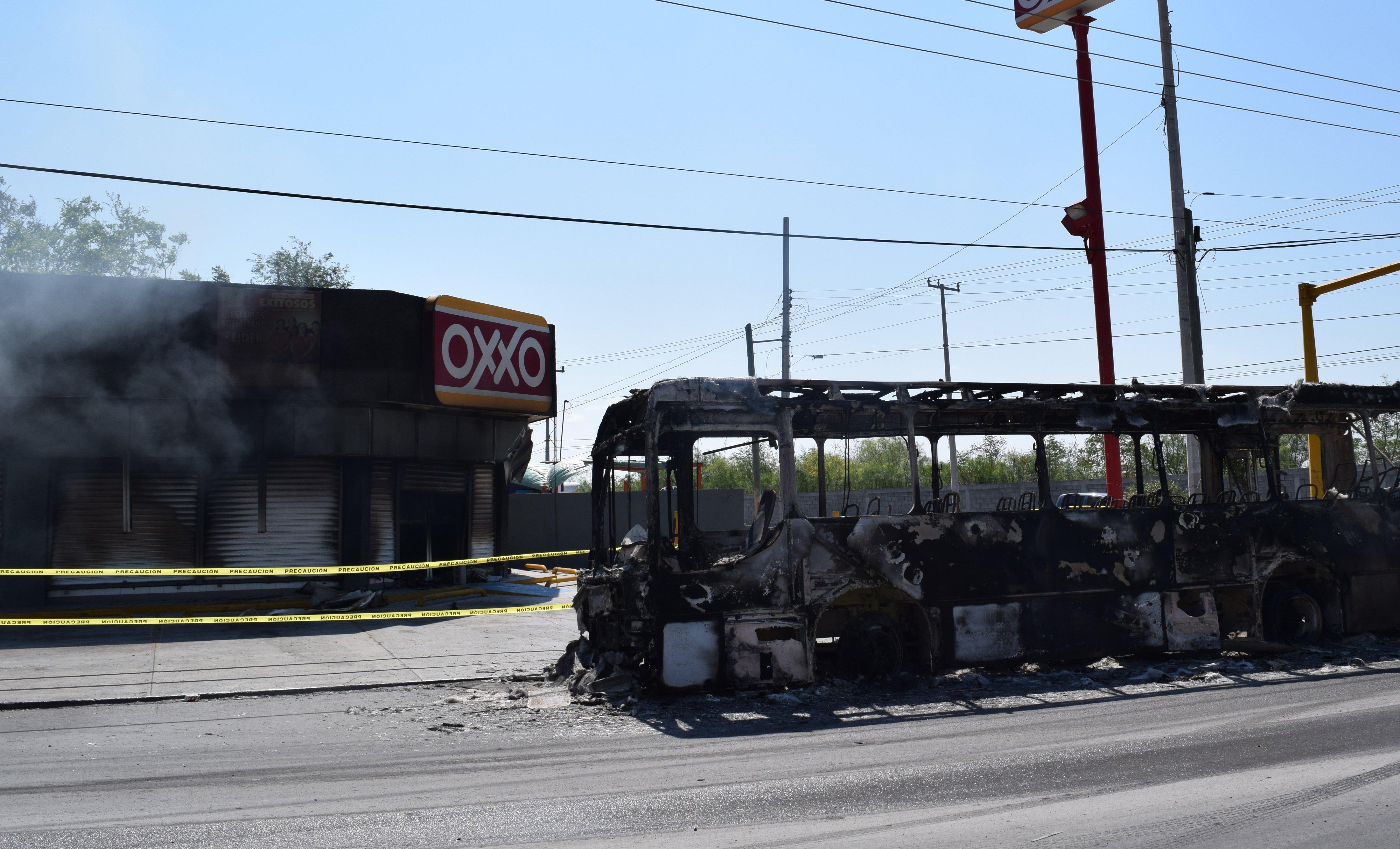 Un vehículo y un comercio fueron incendiados tras una intensa balacera en Reynosa, Tamaulipas. FOTO: EFE