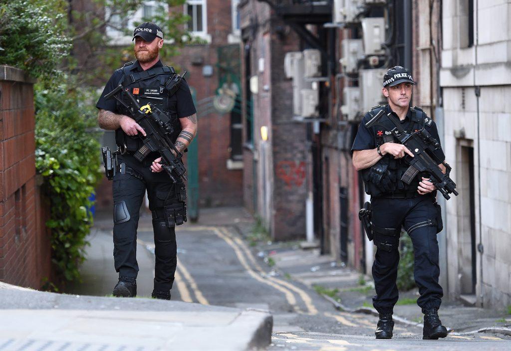 Policías armados custodian una calle en Manchester (Reino Unido) tras el ataque de este lunes. EFE