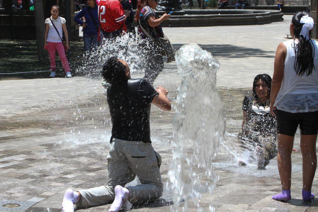 Debido a las altas temperaturas que se han registrado estos últimos días, en la ciudad, jóvenes  y niños se refrescan en una de las fuentes de la Alameda Central. FOTO: ANTONIO CRUZ /CUARTOSCURO.COM