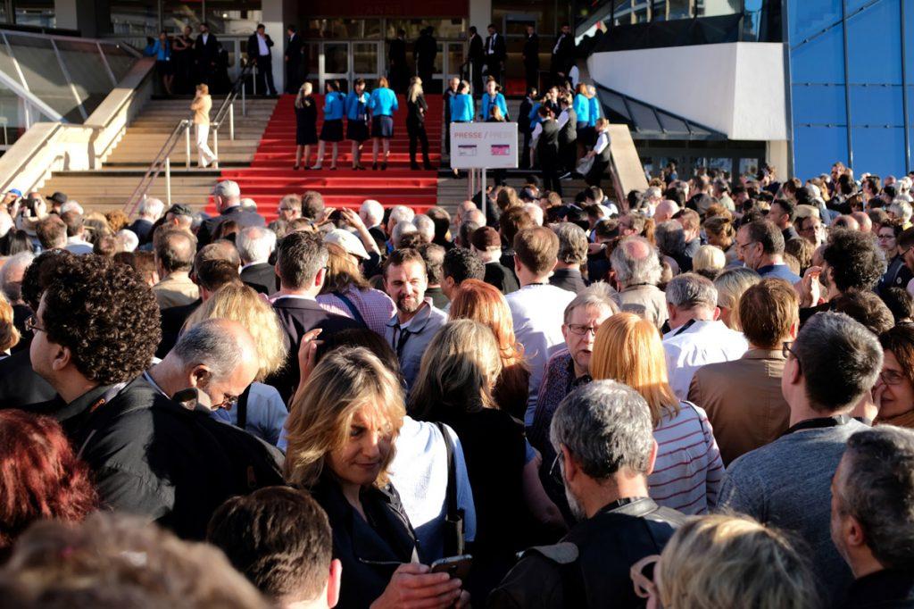 FOTO AFP. Asistentes a la proyección de la película 'Redoubtable' tuvieron que salir del inmueble
