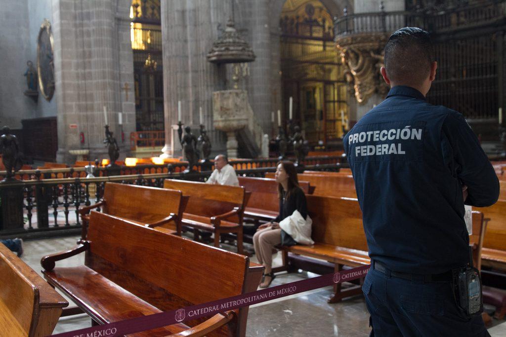 Tras el apuñalamiento de un sacerdote en la Catedral Metropolitana se observa la seguridad a cargo de la Policía Federal. FOTO: CUARTOSCURO