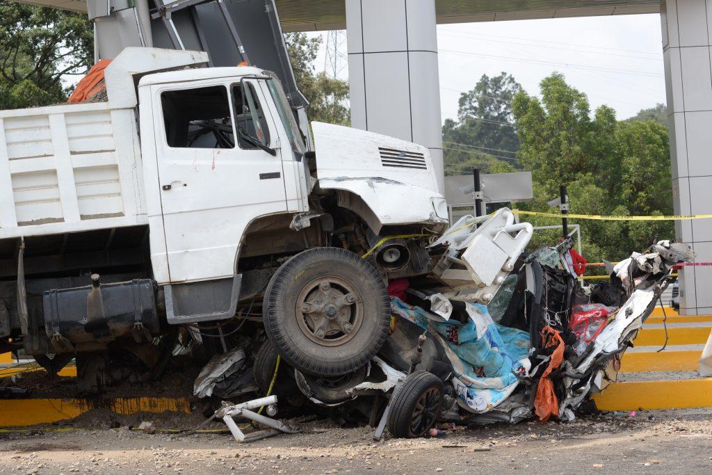 Autopista La Marquesa-Toluca, un camión tipo Tortón se quedó sin frenos, llevándose dos automóviles en su camino, termino estrellándose en una de las casetas.  FOTO: ARTEMIO GUERRA BAZ / CUARTOSCURO.COM