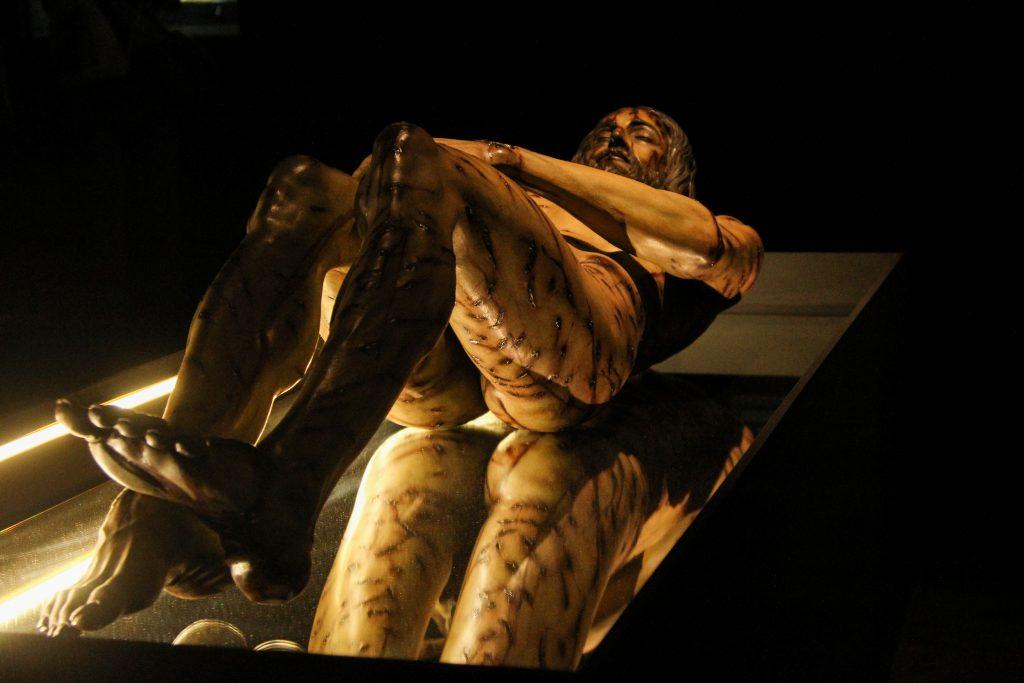 """Norberto Rivera Carrera, arzobispo Primado de México, inauguró la exposición """"La Sábana Santa"""", en las inmediaciones de la Catedral Metropolitana. La muestra expone los diferentes enfoques de estudio que ha tenido la sábana de lino con la que presuntamente fue cubierto el cuerpo de Jesucristo y cuyo retrato aparece impreso en la tela.  FOTO: CUARTOSCURO"""