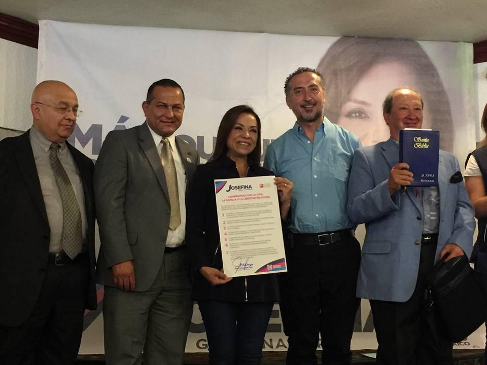 La candidata del PAN al gobierno del Estado de México, Josefina Vázquez Mota, firmó un compromiso con grupos religiosos para defender la vida y el matrimonio.