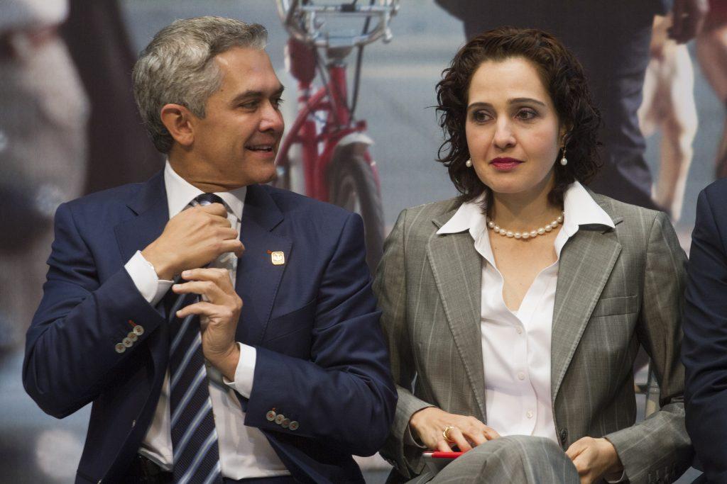 Miguel Ángel Mancera, jefe de Gobierno del Distrito Federal, y Tanya Muller, titular de la Secretaría del Medio Ambiente. FOTO: ISAAC ESQUIVEL /CUARTOSCURO.COM