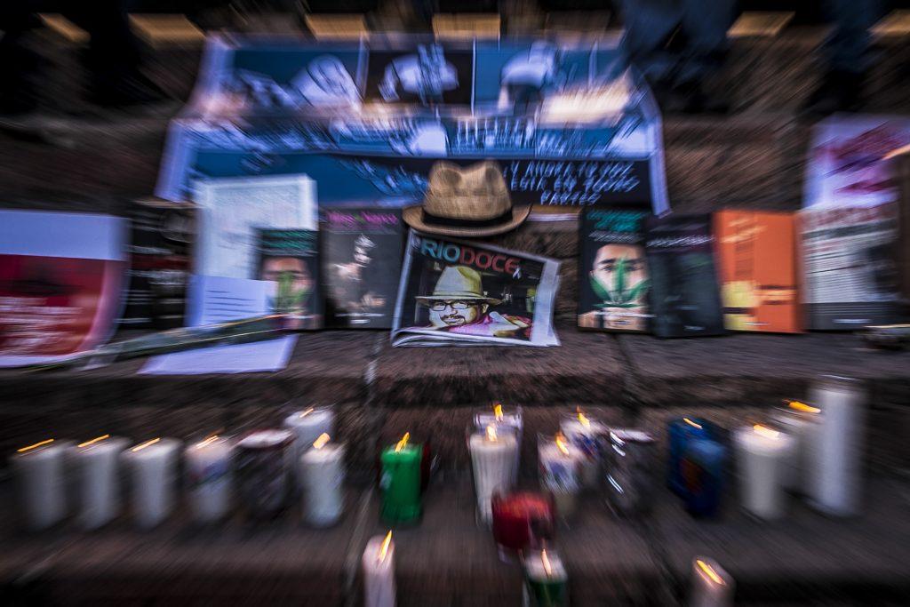 CULIACAN, SINALOA, 23MAYO2017.- Periodistas, amigos y familiares rindieron homenaje y se manifestaron en el centro de la ciudad para exigir a las autoridades justicia a una semana del asesinato del periodista Javier Valdez, director del semanario Rio Doce. FOTO: RASHIDE FRIAS /CUARTOSCURO