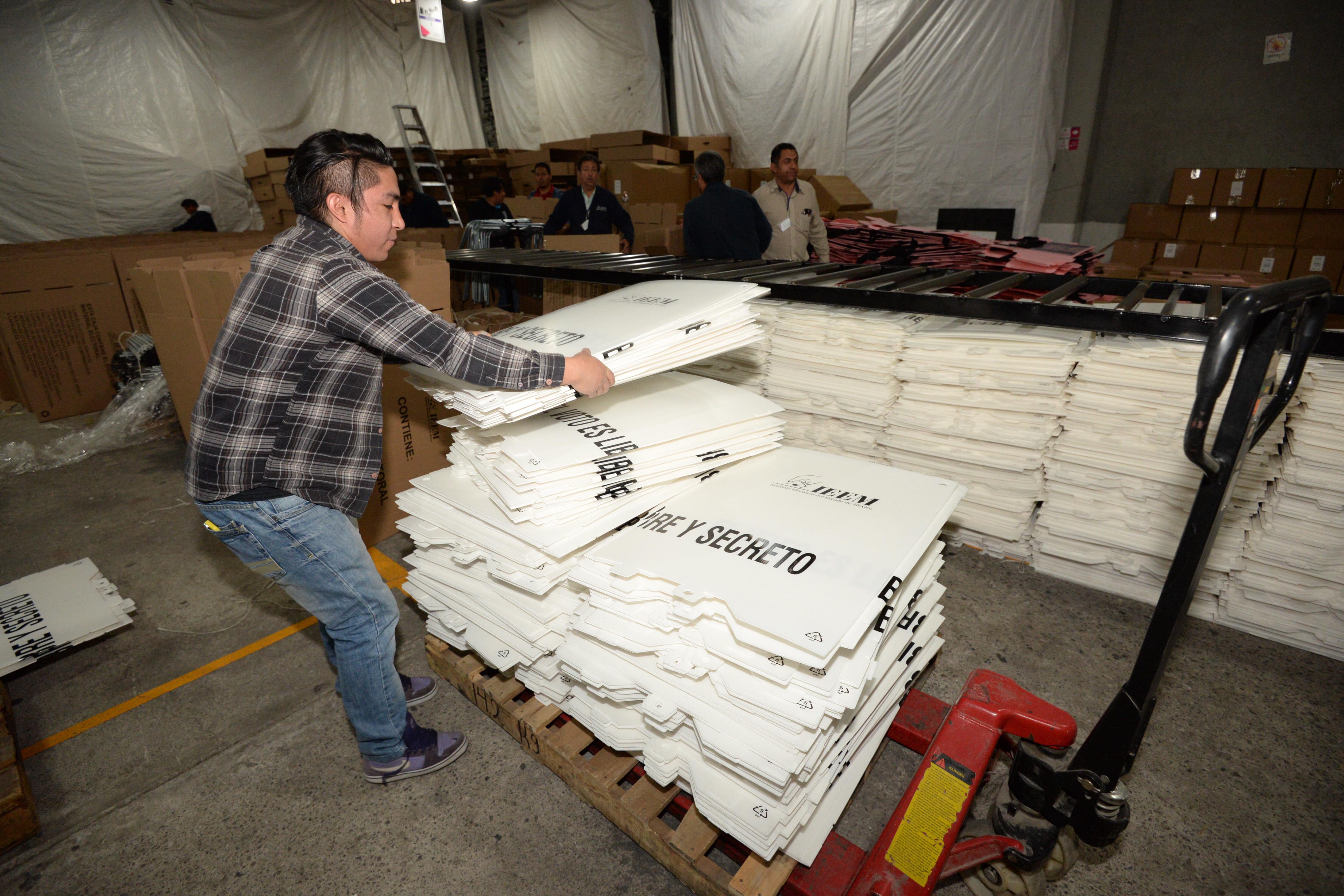 Los trabajos de distribución de papelería electoral iniciaron en el Estado de México. FOTO: ARTEMIO GUERRA/CUARTOSCURO