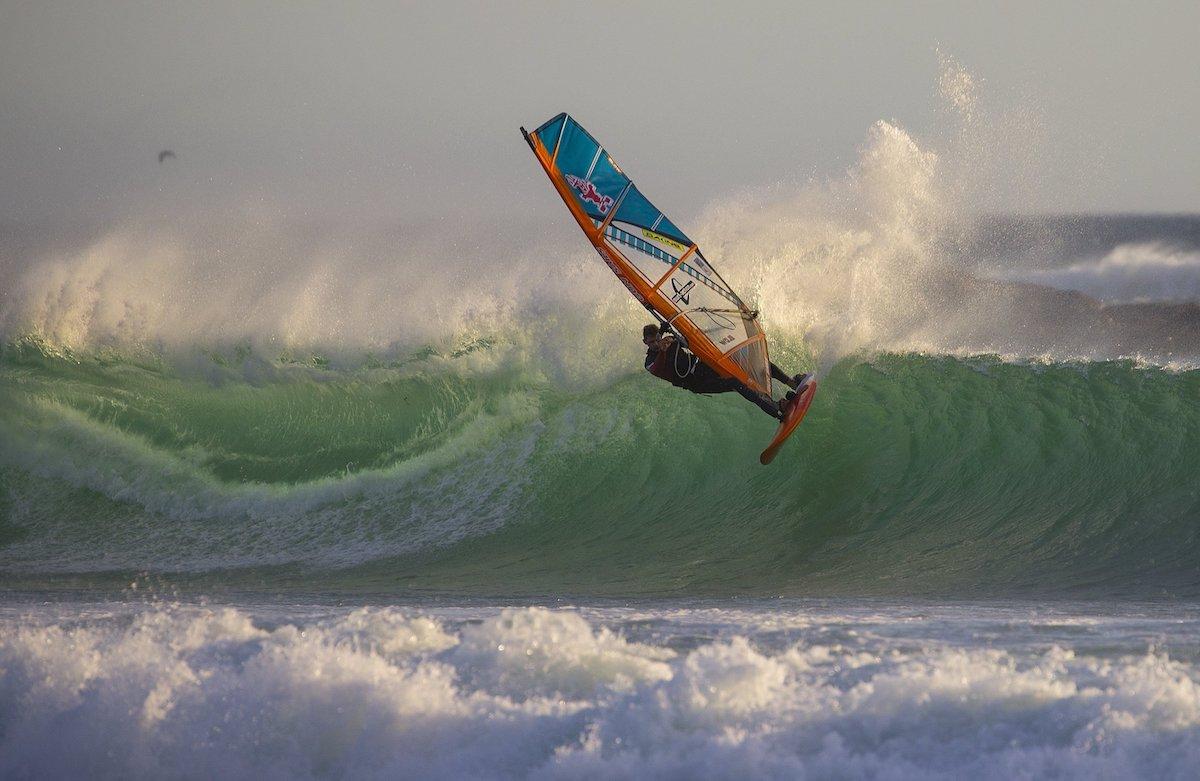El embajador del Ecoboard Project y windsurfista profesional, el alemán Florian Jung, prueba la primera tabla de windsurf ecológica del mundo en Ciudad del Cabo (Sudáfrica) el pasado 25 de marzo de 2017.  Foto: EFE