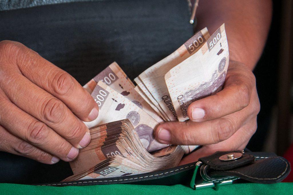 Las personas engañaban a los dueños de establecimientos mercantiles y desarrolladores de obras con el cobro de 100 mil y hasta 800 mil pesos.  FOTO: CUARTOSCURO