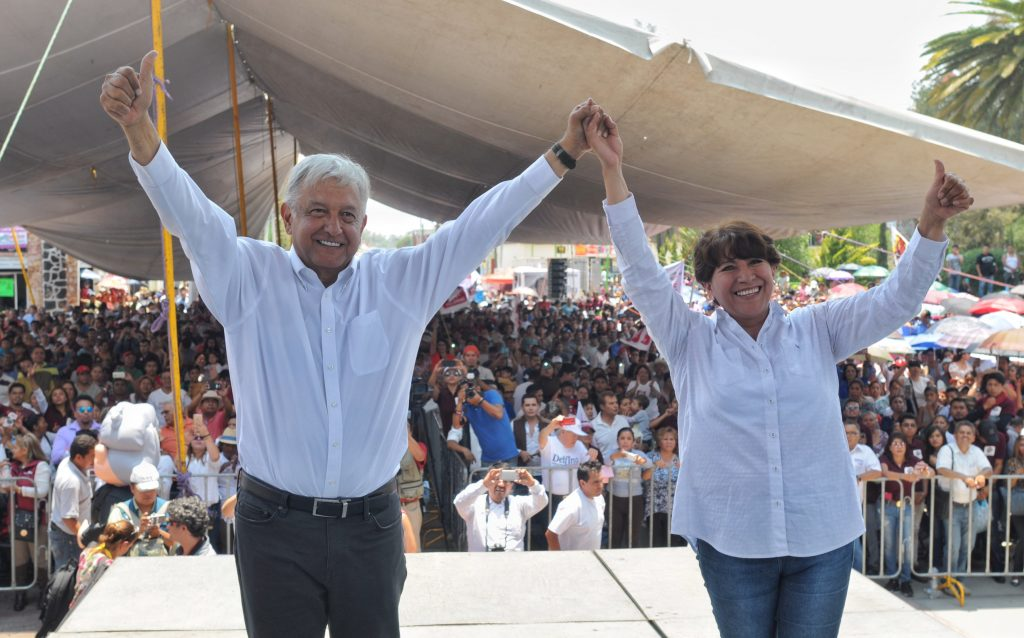 Andrés Manuel López Obrado y Delfina Gómez en acto de campaña en el Estado de México.