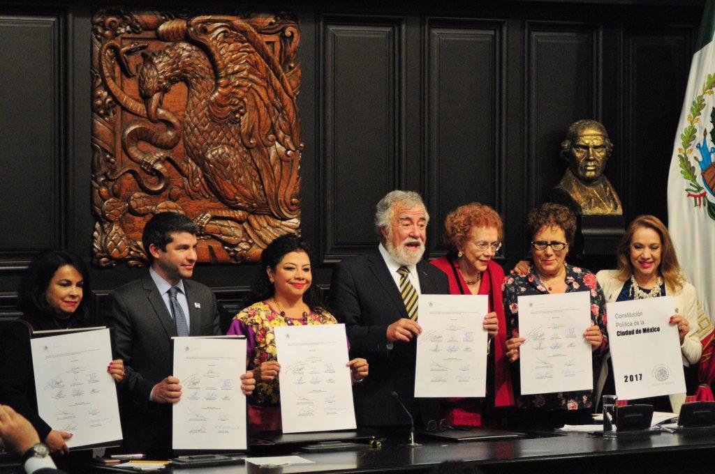 Diputados de la Asamblea Constituyente firmaron la Constitución Política de la Ciudad de México en enero pasado. FOTO CUARTOSCURO