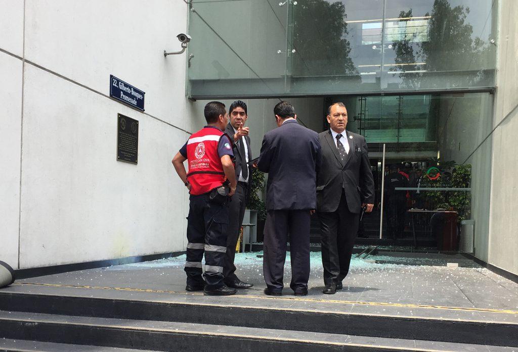 Una de las puertas principales de cristal del Senado de la República fue destruida por supuesto actos de vandalismo. FOTO: CUARTOSCURO