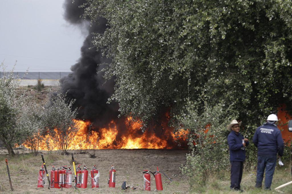 Cuerpo de bomberos laboran por mas de 10 horas para sofocar el incendio ocurrido durante la madrugada en un ducto de Pemex perteneciente a la comunidad de Progreso de Juárez, en Acatzingo, Puebla tras la explosión de una toma clandestina. FOTO: HILDA RÍOS /CUARTOSCURO.COM