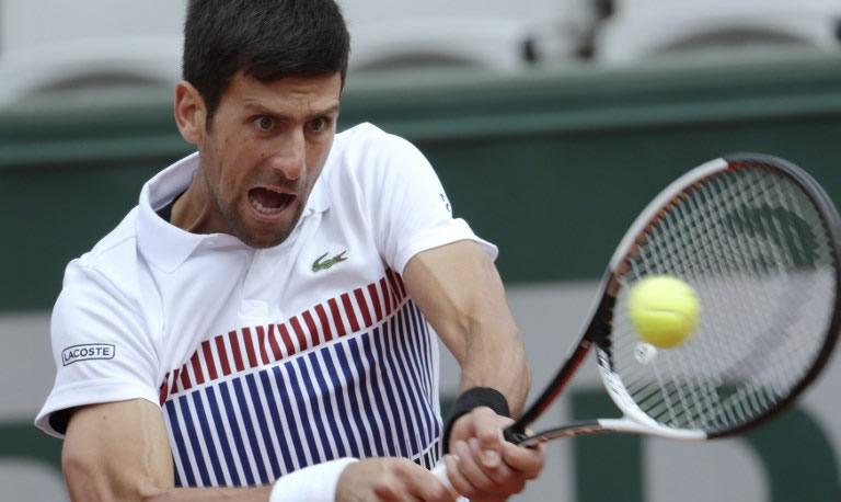 Novak Djokovic quedó fuera del Abierto de Francia tras sufrir una apabullante derrota por 7-6 (5), 6-3, 6-0 ante Dominic Thiem en los cuartos de final