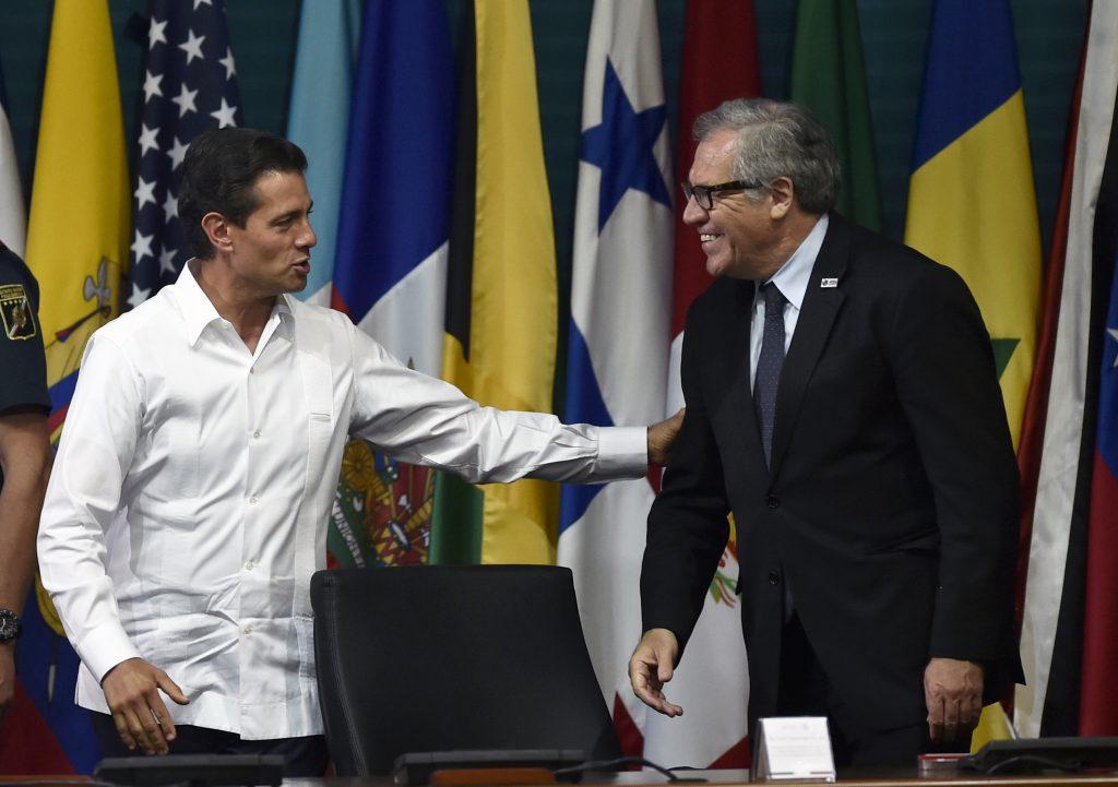 El presidente Enrique Peña Nieto y el Secretario general de la OEA Luis Almagro. AFP.