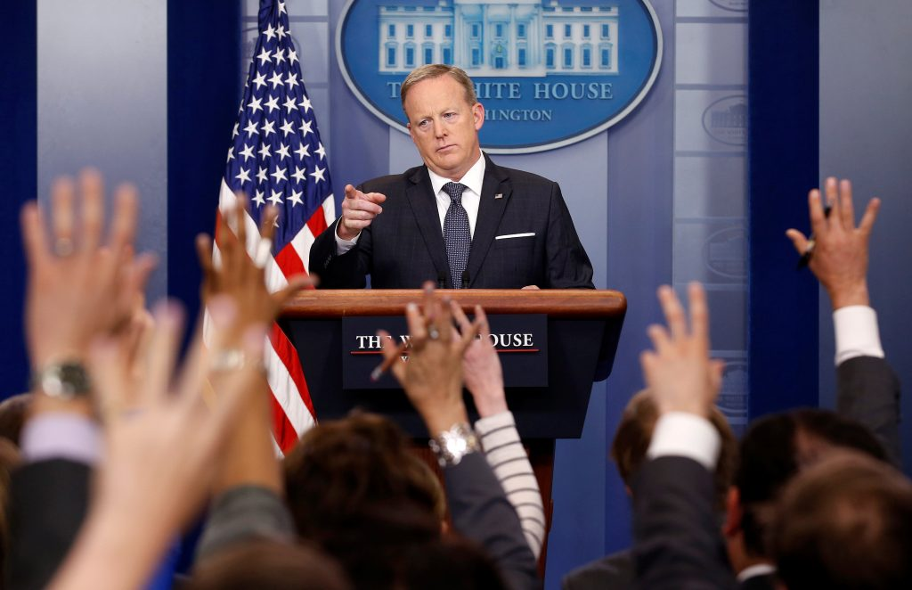 Sean Spicer. @ REUTERS/Joshua Roberts