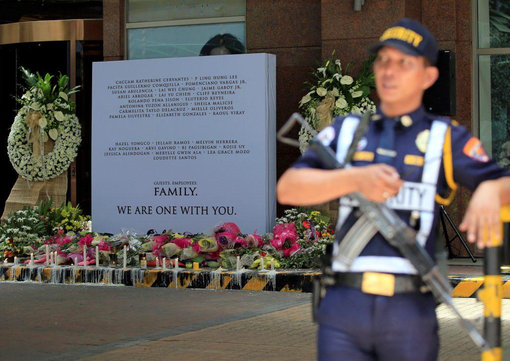 Un guardia de seguridad resguarda el memorial para los muertos del atentado del Manila. REUTERS/Romeo Ranoco