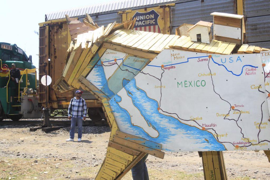 Un coyote creado por el artista mexicano Alfredo