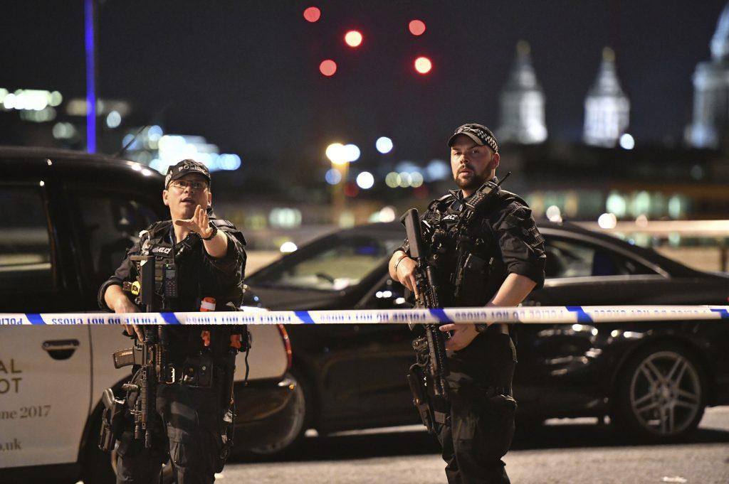Policías armados resguardan el puente de Londres. FOTO: AP