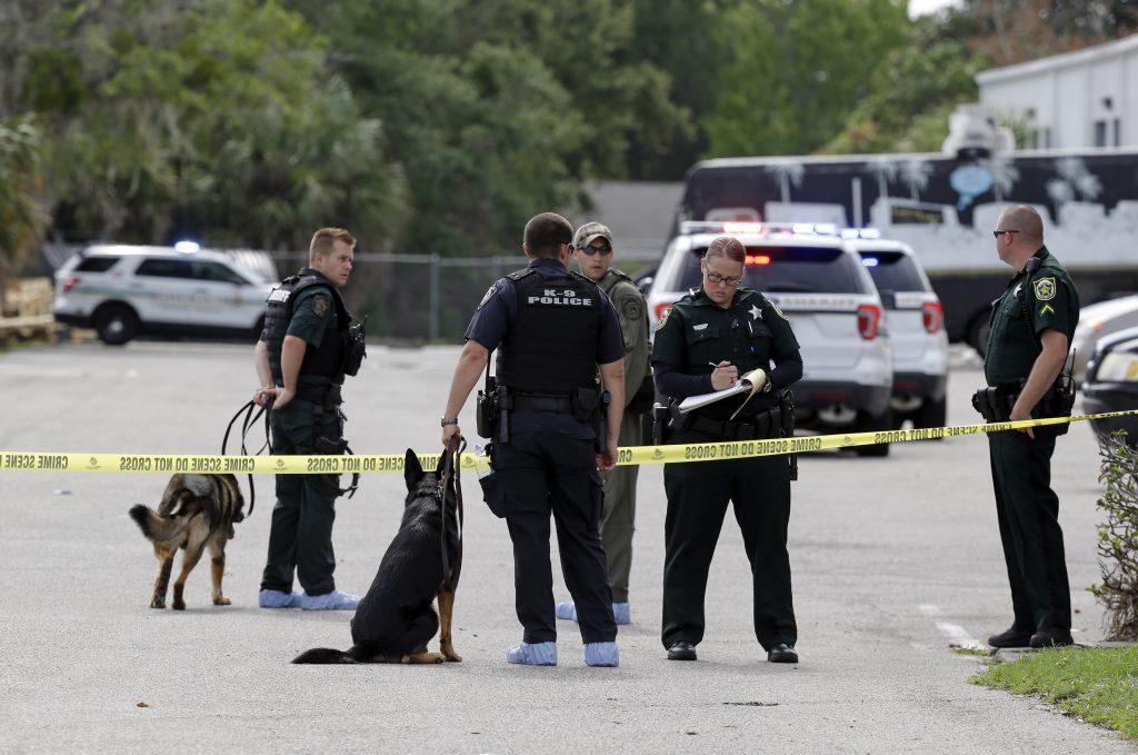 Policías del Condado de Orange, en Florida, se presentan luego del asesinato de por lo menos cinco personas. (AP Photo/John Raoux)