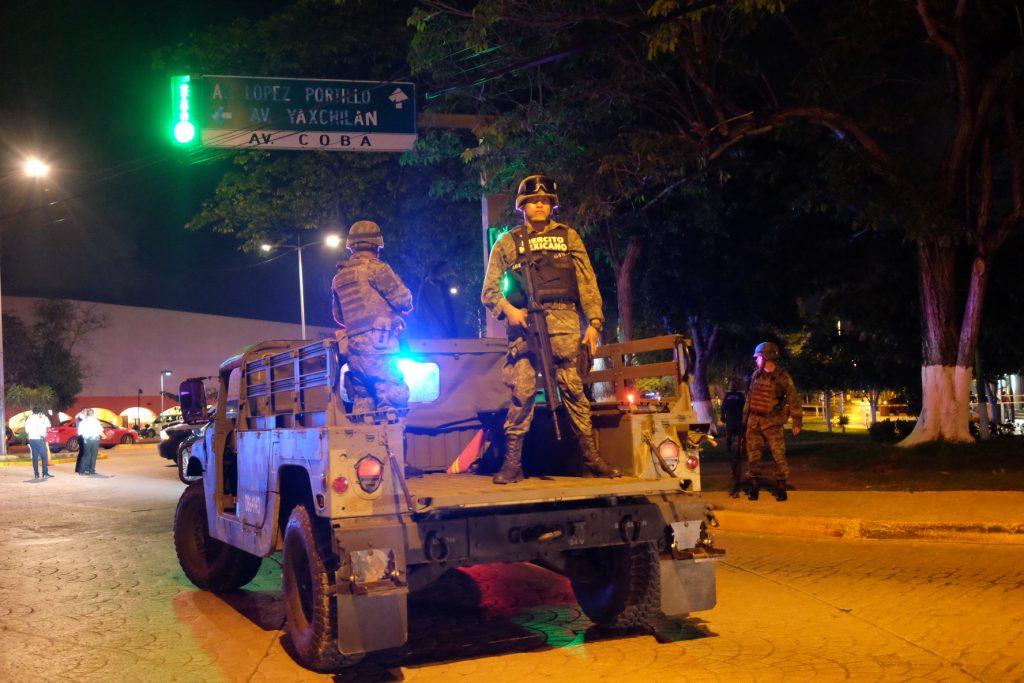 Policías y militares participaron en una balacera en la avenida Tulum. CUARTOSCURO.COM