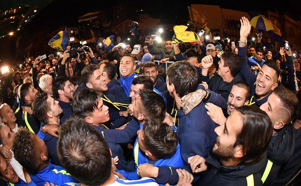 FOTO AFP. El festejo xeneize explotó entre aficionados y jugadores.
