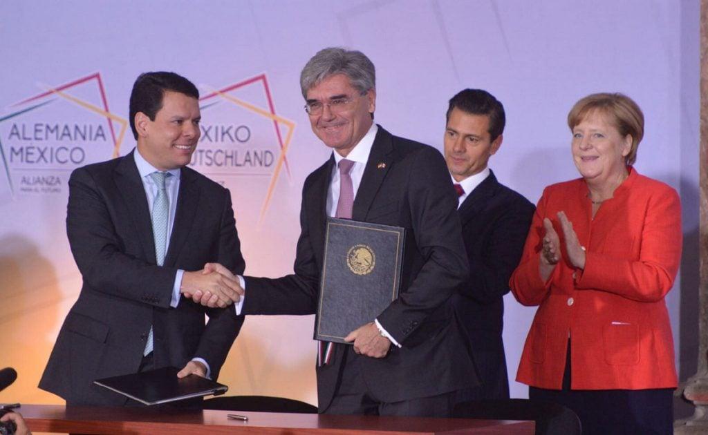 FOTO NOTIMEX. El director general de la CFE, Jaime Hernández, y el presidente y CEO de Siemens AG, Joe Kaeser.