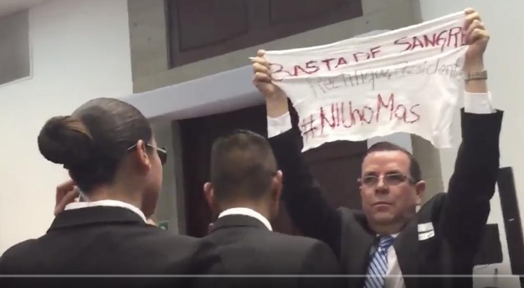 Álvaro Delgado se manifiesta con manta frente a Peña Nieto
