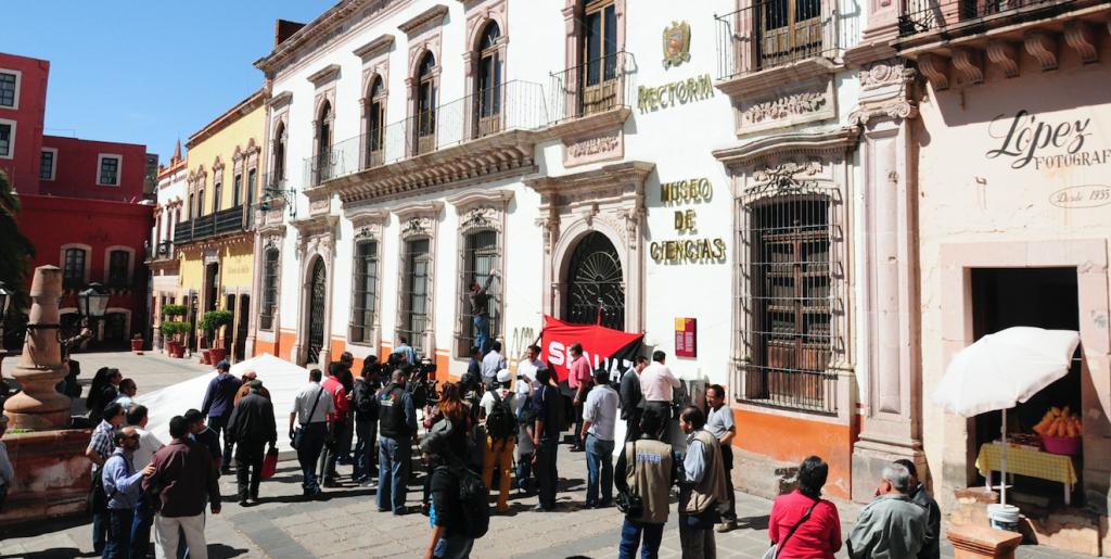 Después de 20 años, estalla por primera vez una huelga en la Universidad Autónoma de Zacatecas por parte del Sindicato de Profesores de la Universidad Autónoma de Zacatecas (STUAZ), el Dr. Antonio Guzmán Fernández, director de dicho sindicato fue el encargado en colocar la bandera rojinegra en el edificio de la Rectoría.