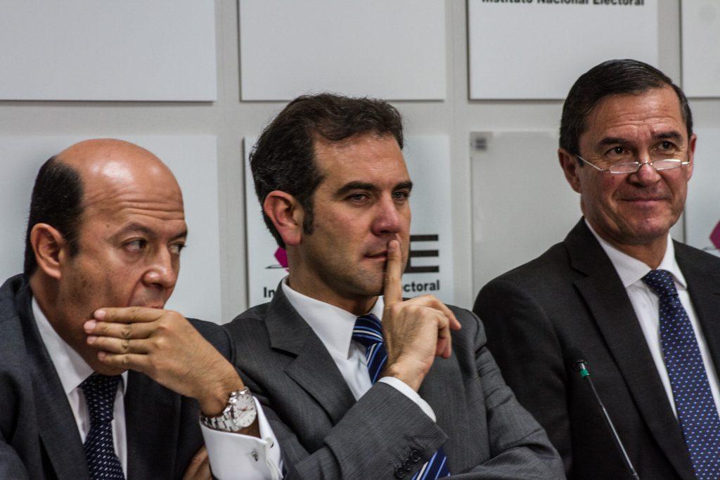 Lorenzo Córdova (centro), presidente del Instituto Nacional Electoral (INE), y los consejeros electorales.  FOTO: ANTONIO CRUZ /CUARTOSCURO