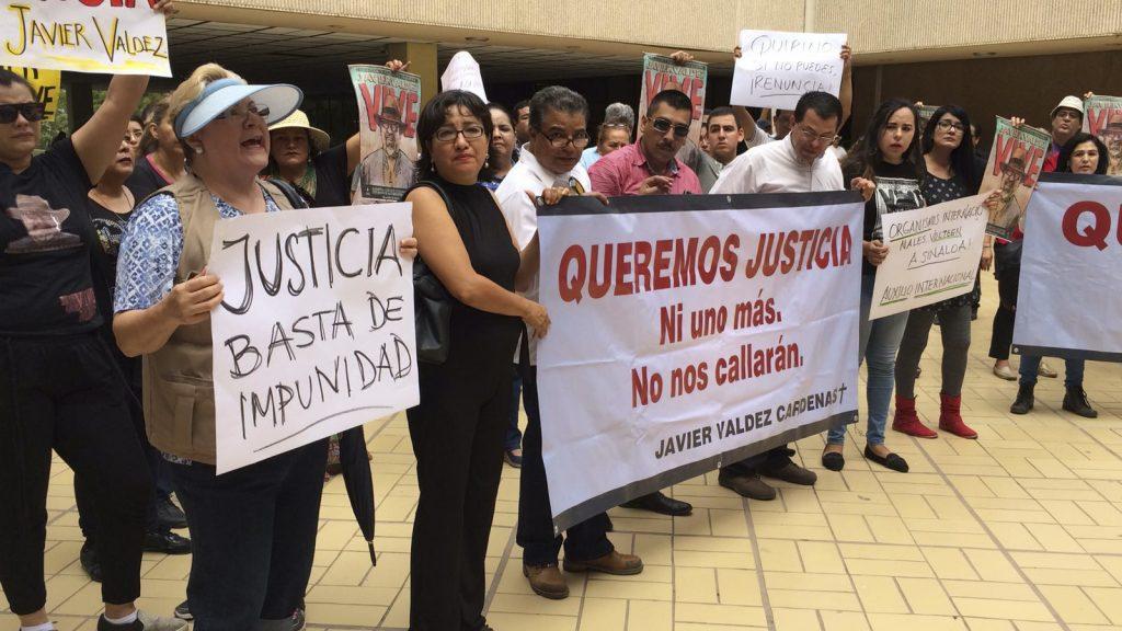 Periodistas marcharon para exigir justicia para Javier Valdez Cardenas, periodista asesinado hace casi un mes muy cerca de su lugar de trabajo, el semanario Río Doce. Los comunicadores exigieron que no haya impunidad en este, ni en ningún otro caso de las decenas de asesinatos de periodistas que han ocurrido en este sexenio. FOTO: CUARTOSCURO.COM