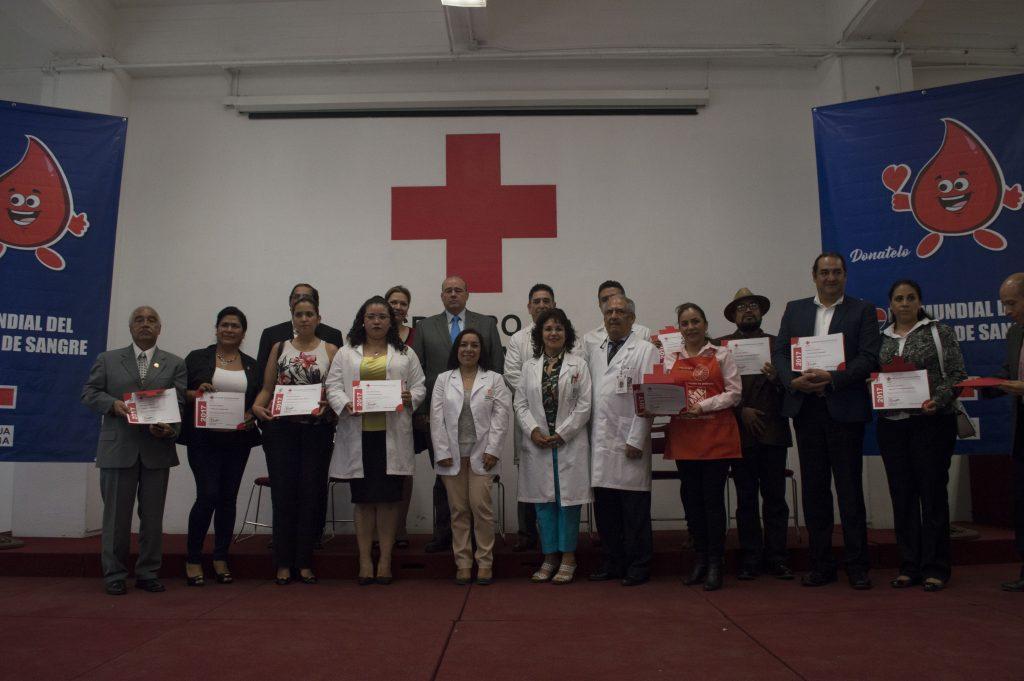 Fernando S. Cárdenas, presidente nacional de la Cruz Roja, encabezó la entrega de reconocimientos a donadores voluntarios de sangre, entre ellos Jorge Arturo Espinosa Zepeda, quien ha donado sangre 116 veces. El Día Mundial del Donador de Sangre se conmemora el 14 de junio.