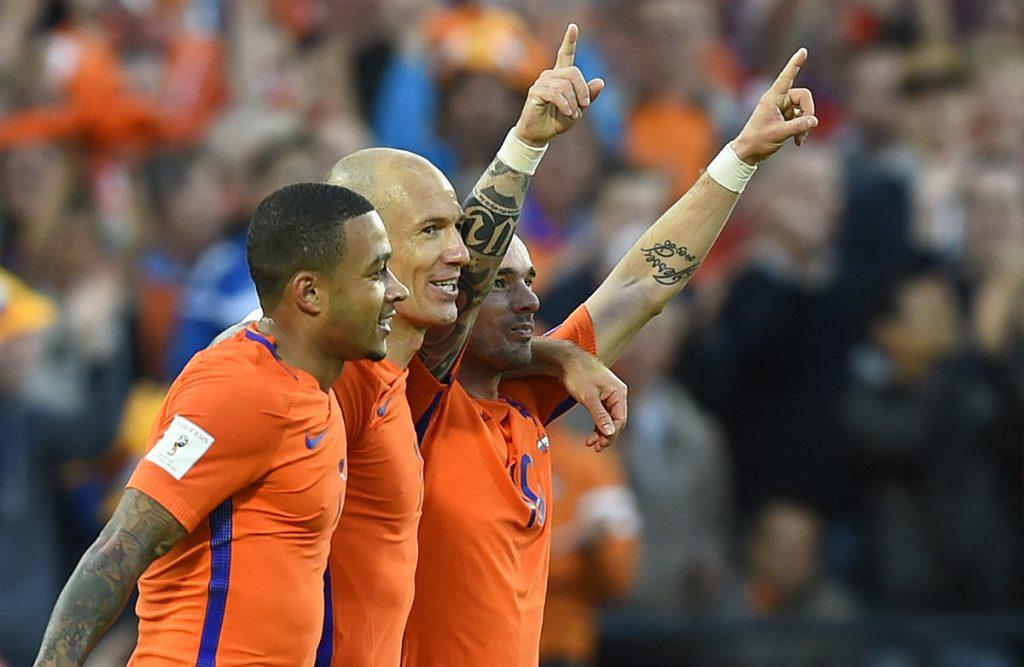 FOTO AFP. Wesley Sneijder y Arjen Robben celebran uno de los goles.
