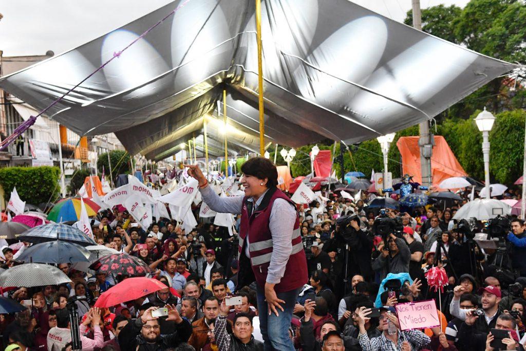 La lluvia y la ausencia de Andrés Manuel López Obrador fueron escenario para el último acto de campaña de Delfina Gómez