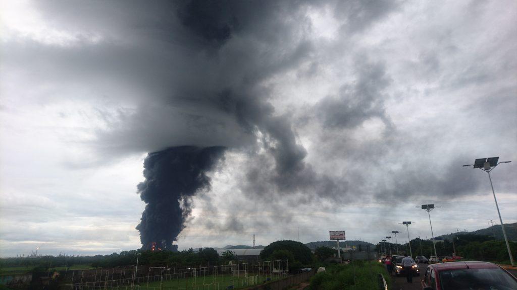 SALINA CRUZ, OAXACA, 14JUNIO2017.- Petróleos de México (PEMEX) informó que se registró un incendo en su refinería, ubicada en este municipio. La dependencia informó que el fuego comenzó en la casa de bombas, por lo que el personal contraincendios se traslado a la zona, no se reportan lesionados. FOTO: CUARTOSCURO.COM