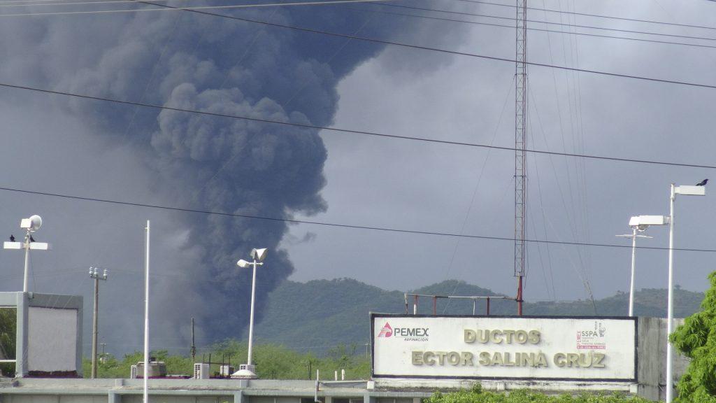 Un bombero falleció y nueve personas más resultaron heridas durante las maniobras para controlar el incendio en la refinería de Salina Cruz, Oaxaca. FOTO: CUARTOSCURO