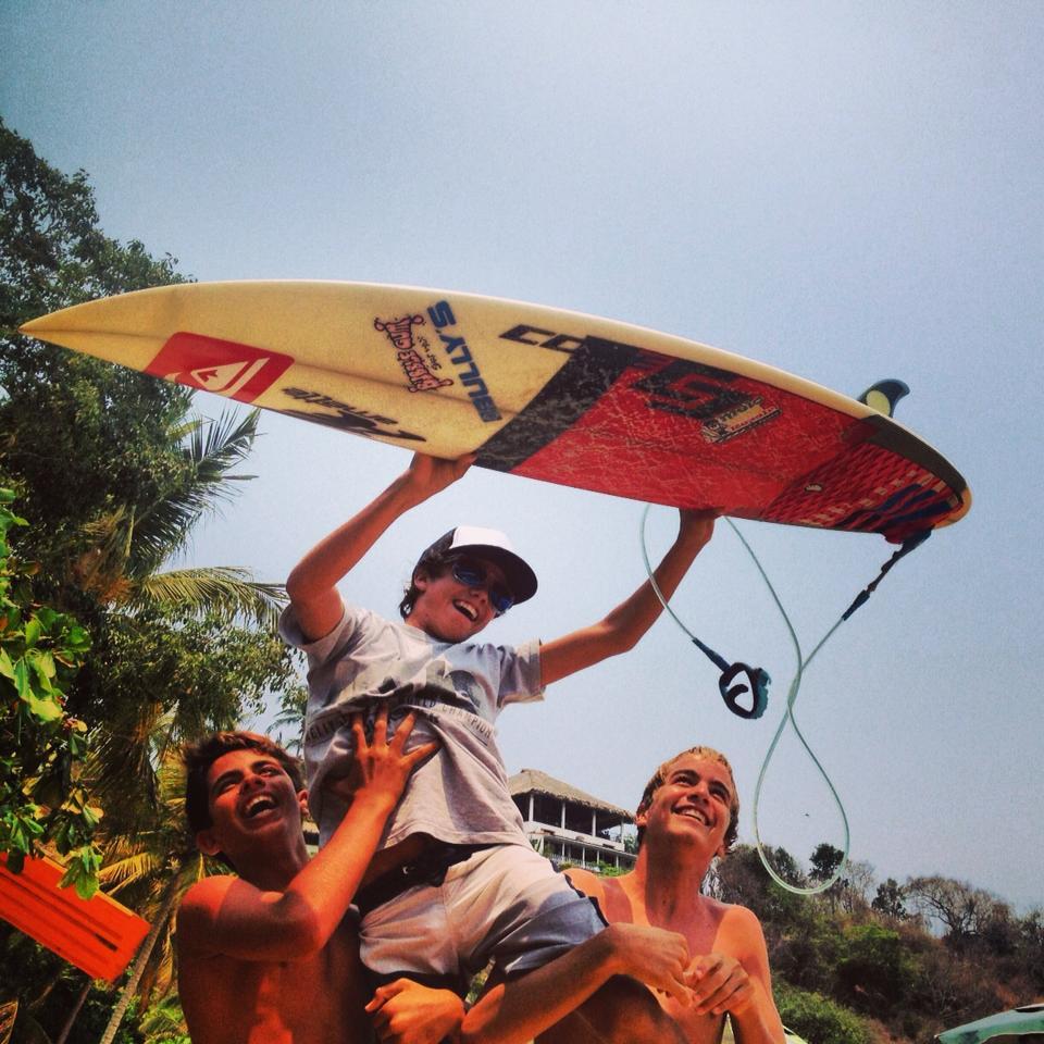 Jhony Corzo, al iniciar en el surf enfrentó olas que por poco le quitan la vida; regresó a dominar su temor hasta ser campeón mundial