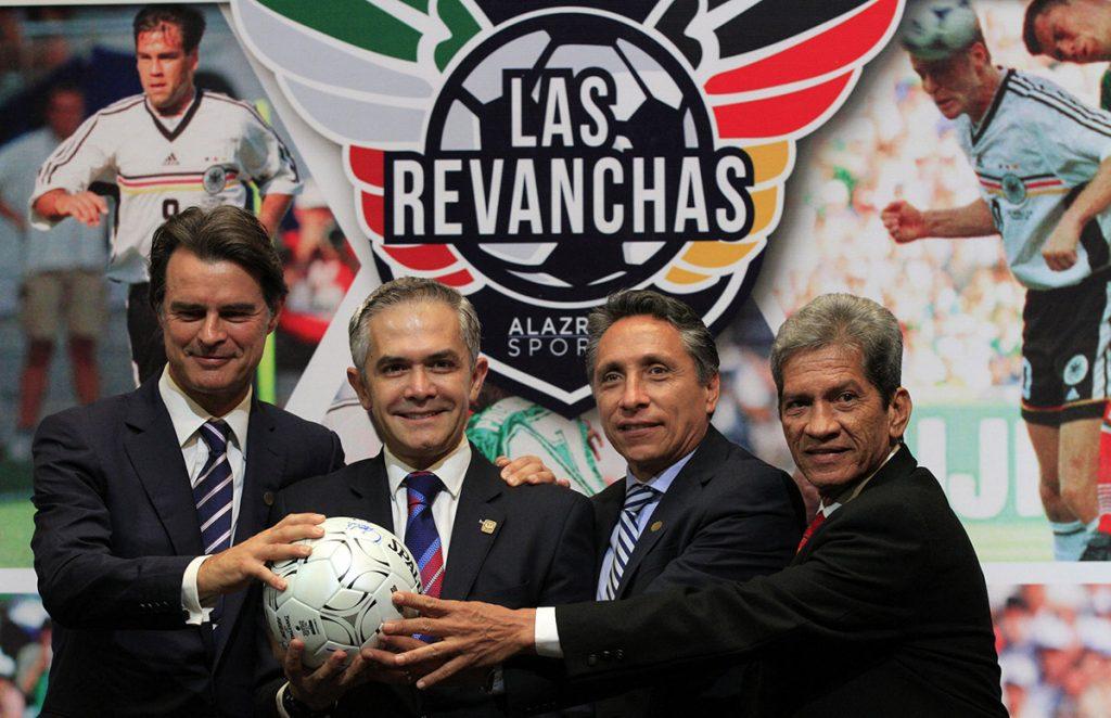 FOTO NOTIMEX. El jefe de gobierno, Miguel Ángel Mancera, acompañado del ex futbolista alemán Thomas Berthold, el ex jugador Manuel Negrete y del árbitro Jesús Díaz Palacios en la presentación del evento.