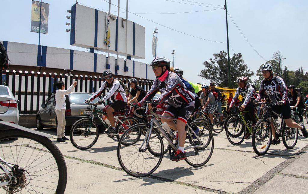 Ciclistas y organizaciones este domingo a las afueras del inmueble.