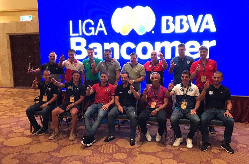 FOTO @Club_Queretaro. Los técnicos de la Primera División del fútbol mexicano en la foto oficial.