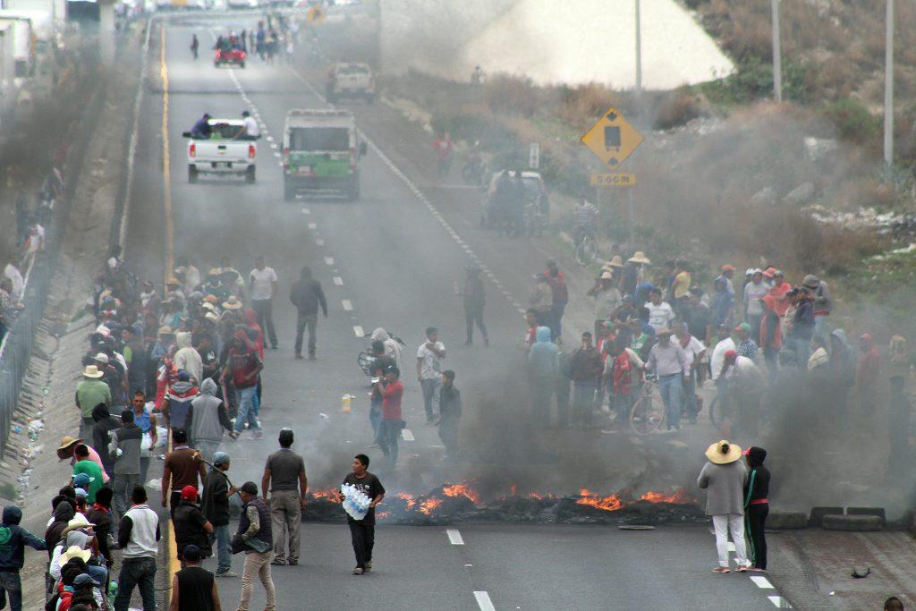 Más de 200 habitantes del municipio de Palmarito bloquearon la autopista Puebla-Orizaba luego del enfrentamiento que sostuvieron huachicoleros y elementos del ejército en el que al menos 8 personas perdieron la vida. Exigen la libertad de las personas detenidas así como alto a los operativos de vigilancia en la zona. @Cuartoscuro