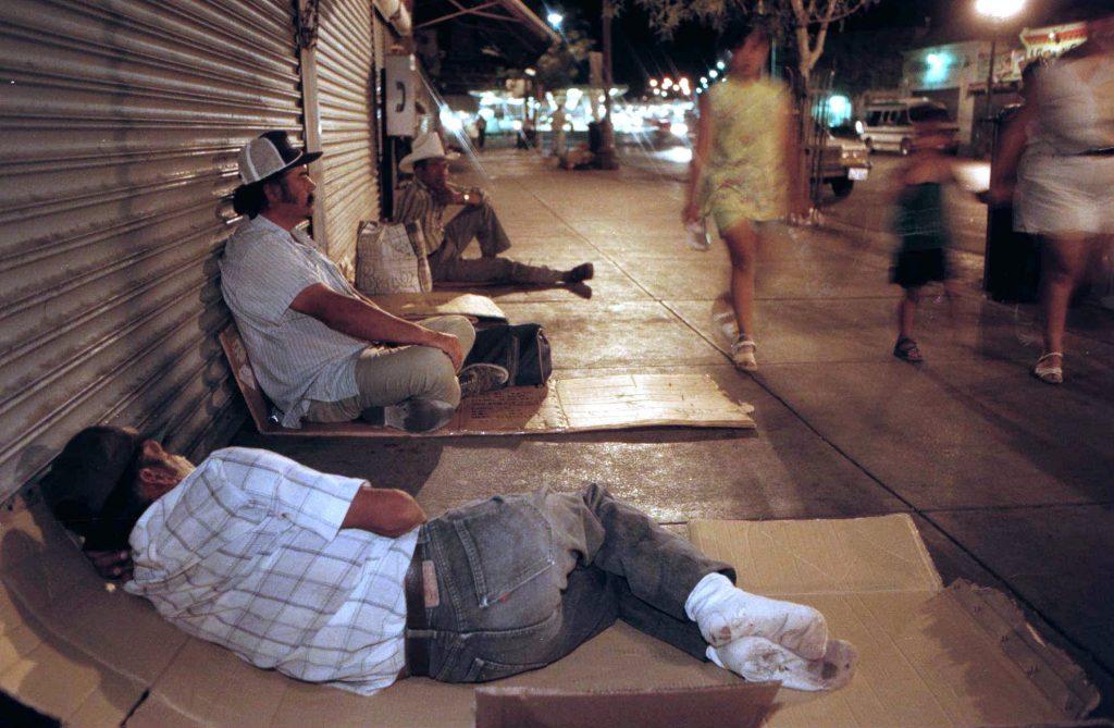 Trabajadores migrantes pasan la noche en una calle de El Paso, Texas. Imagen de archivo. FOTO: AP /J.R. Hernández