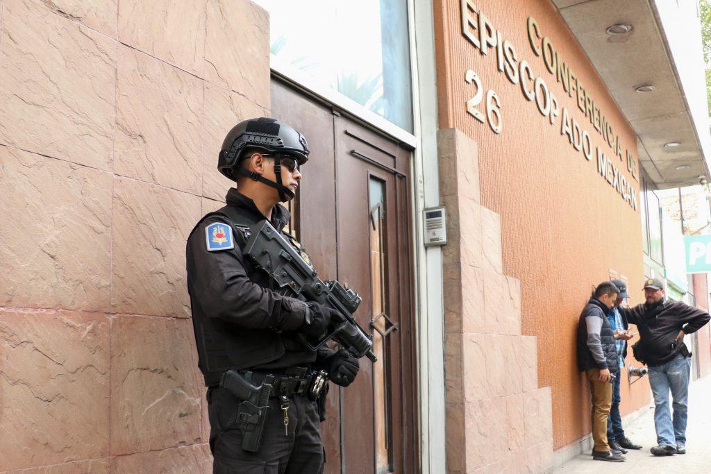 Policías de Fuerza de Tarea de la SSP y de Investigación resguardan las instalaciones de la Conferencia del Episcopado Mexicano, ubicado en la avenida Misterios 26. FOTO: SAÚL LÓPEZ /CUARTOSCURO