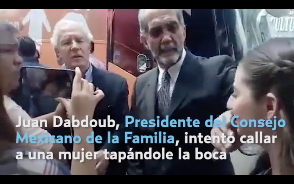 Presidente del Consejo Mexicano de la Familia tapó la boca a mujer quelo cuestionaba