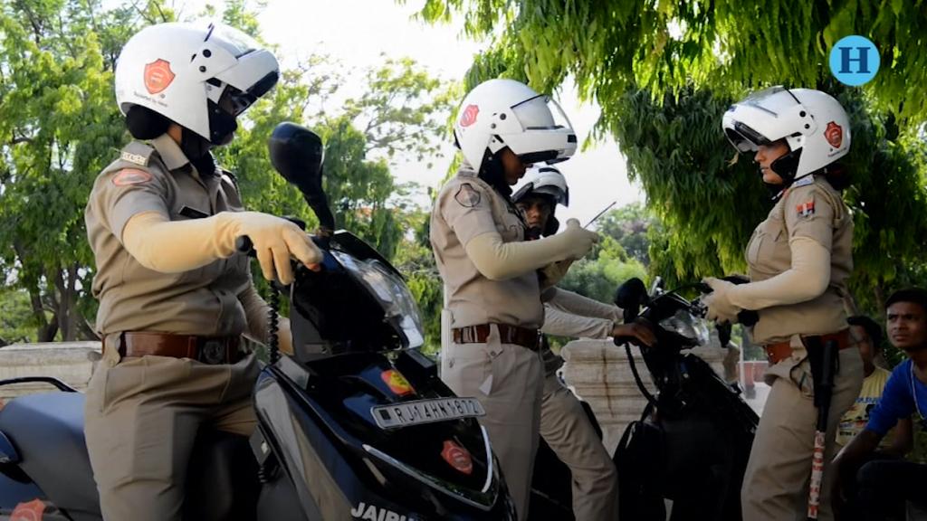 Policía femenina lucha contra la violencia de género en la India
