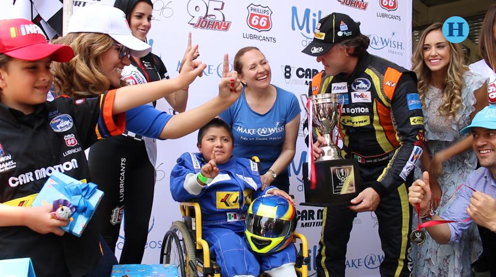 Niño con discapacidad cumple su sueño de correr un auto de carreras