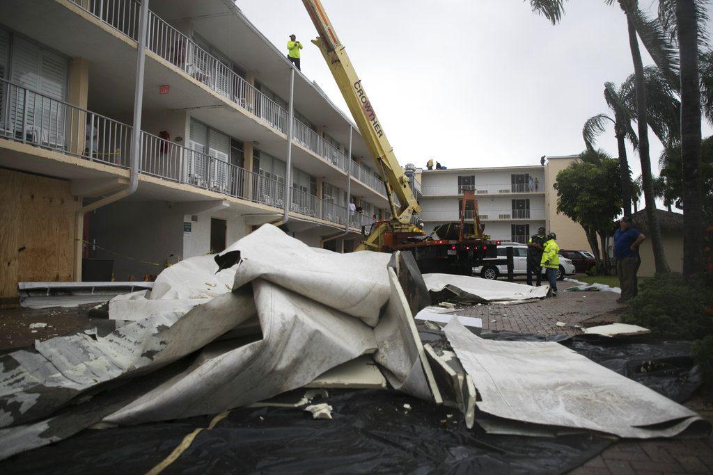 Parte del techo en un hotel de Fort Myers, Florida, se desprendió por los vientos de la tormenta tropical Emily. FOTO: Andrew West/The News-Press via AP