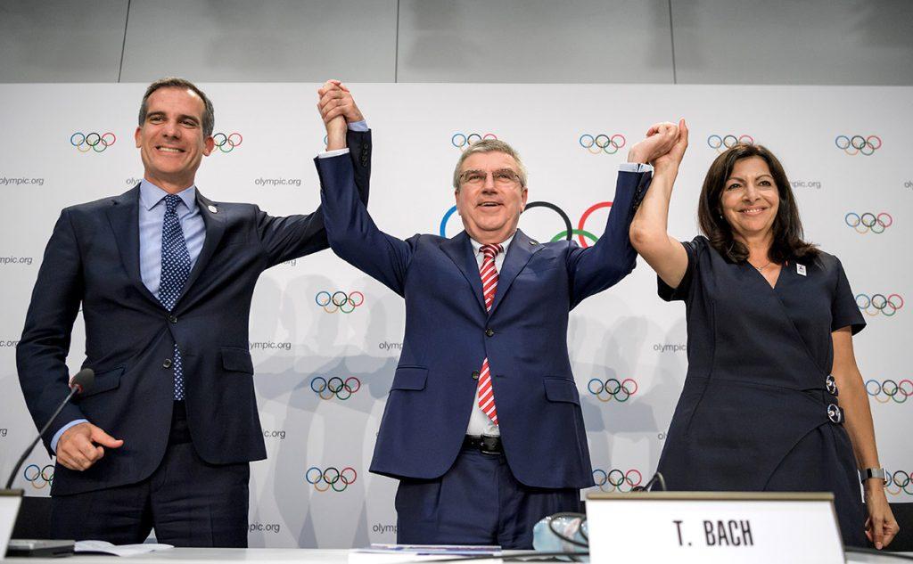 FOTO AFP. El presidente del COI con los alcaldes de Los Ángeles y París